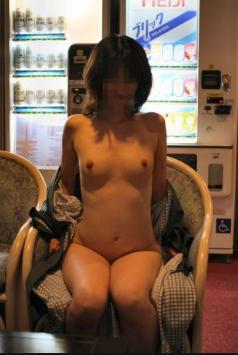 自販機前で露出プレイ野外露出マニアtabooイメージ画像